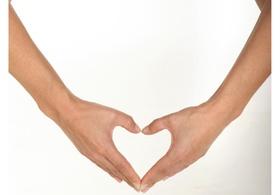 Haende formen ein Herz