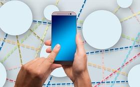 Hände halten Smartphone vernetzte Kreise im Hintergrund
