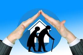 Hände schützend Haus alte Leute