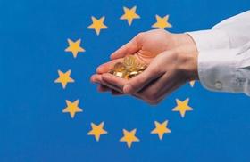 Hände voller Münzen vor EU-Fahne