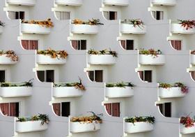 Häuserfassade mit runden Balkonen