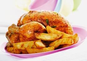 Halbes Brathaehnchen und Pommes frites auf Teller