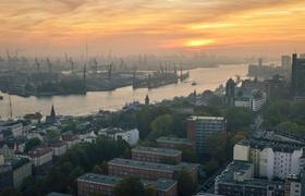Hamburger Hafen und Häuser bei Sonnenuntergang
