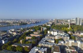 Hamburger Hafen und Hochhäuser