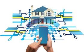 smart-home-Hand die Smart Phone hält vor Haus mit WLAN Zeichen und Verkabelung