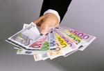 Hand gibt Geld mehrere Scheine