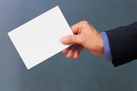 Hand hält leere weiße Karte