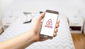 Hand mit Airbnb auf Smartphone