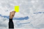 Hand mit gelber Karte