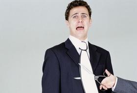 Hand mit Schere schneidet Mann Krawatte ab
