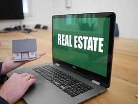 Hand Modellhaus Laptop Schrift Real Estate