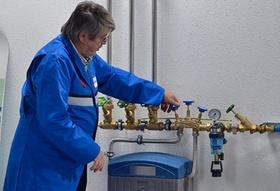 Handwerker an Heizungsrohren-Heizungsanlage