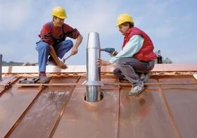 Handwerker, zwei, auf Dach, Brotzeit