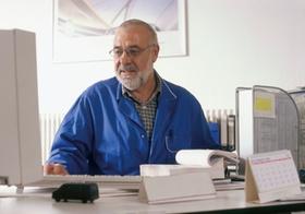 Handwerks-Meister im Buero am Computer