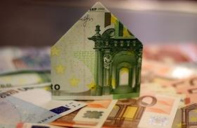 Haus aus Euro-Schein gefaltet auf Geld