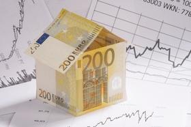 Haus aus Geldscheinen auf Aktienkus Kurve