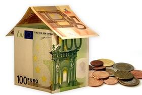 Haus aus Geldscheinen mit Münzen