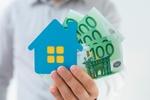 Haus in Hand mit Geld