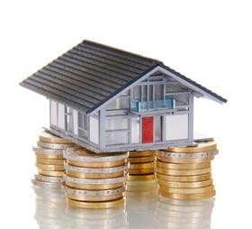 Haus steht auf Säulen aus Euro-Münzen