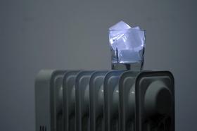 Heizung kalt Eiswürfel in Glas