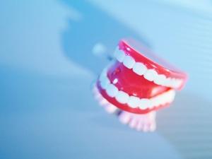 Mängel bei Zahnersatz: Zahnarzt muss Neuanfertigung anbieten