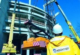 Dortmund Westfalenstadion Bauphase Fassade au§en mit drei Kranen und HOCHTIEF Bauarbeiter im Vorderg