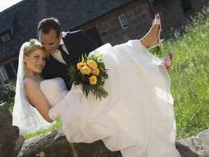 Kündigung Weil Krankgeschriebener Bräutigam Seine Braut Hochhebt