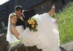 Hochzeit, Brautpaar, er traegt sie