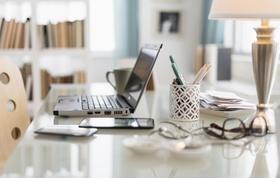 Home-Office Schreibtisch mit Laptop und Tablet