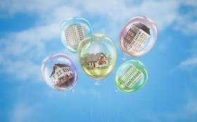 Immobilienblase_Ballons mit verschiedenen Immobilientypen in Inneren
