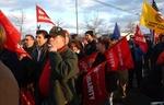 in rot gekleidete Menschen protestieren für Solidarität