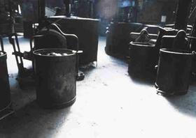 Industriehalle mit verschiedenen Behaeltern
