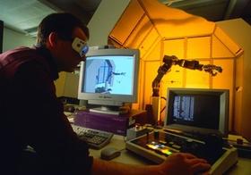 Ingenieur bei der Steuerung einer Roboterhand