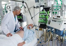 Intensivstation im Krankenhaus, Arzt bei Patient