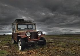 Island, alter Jeep steht in rauer Landschaft