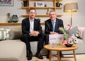 Joe Gebbia, Airbnb, und Thomas Bach, IOC (r.)