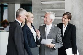 jüngere und ältere Geschäftsleute beim Gespräch
