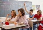 Jugendliche Schueler in Schulklasse
