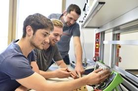 junge Auszubildende an technischem Gerät