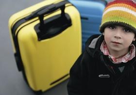 Junge blickt in die Kamera, Flughafen