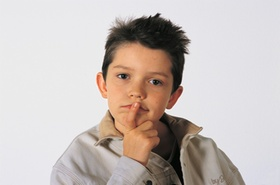 Junge denkt nach, Zeigefinger vor dem Mund