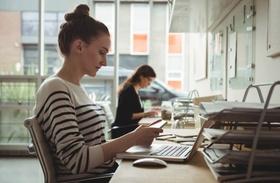 junge Frau arbeitet an Arbeitsplatz