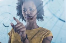 junge Frau bedient transparenten Touchscreen