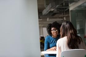 Junge Frauen Vorstellungsgespräch