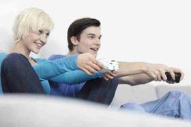 Junge Frau und junger Mann beim Computerspiel