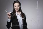 Junge Frau zeichnet Umsatzkurve
