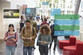 junge internationale Studierende nutzen unterschiedliche Devices