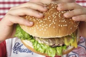 Junge beisst in grossen Hamburger