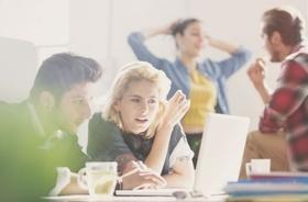 junge Leute arbeiten am Computer