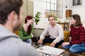 Junge Leute sitzen am Tisch